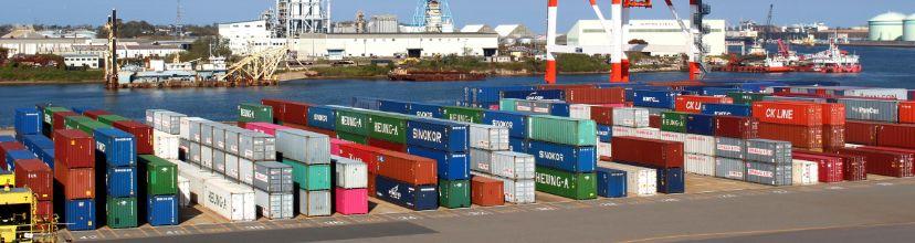 港に置いてあるコンテナの様子